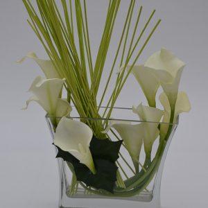 Superbe arrangement de soie avec calla et verdure