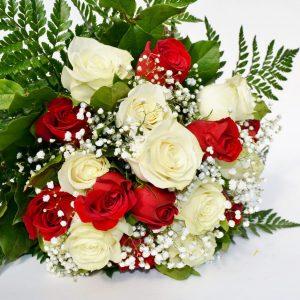 douzaine de roses rouges et blanc avec soupir de bebe