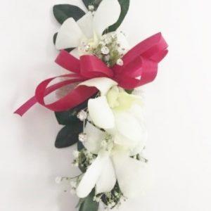 Bracelet d'orchidées blanches et déco rouge