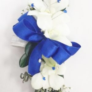 Bracelet d'orchidées blanches avec touche de bleu