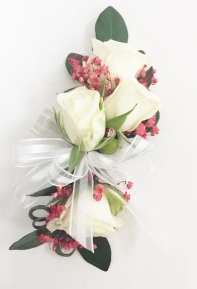 Bracelet de rosettes blanches et touche de rouge