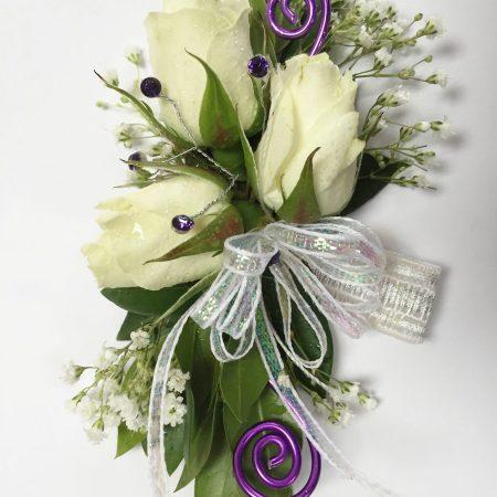 Bracelet rosettes blanches et déco mauve