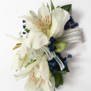 Bracelet d'alstromerias blancs déco bleue
