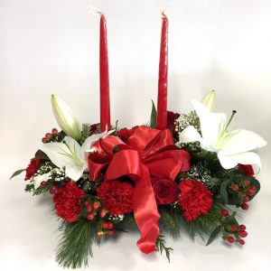 centre de table de noel, sapinage, chandelles, lys, oeillets, roses