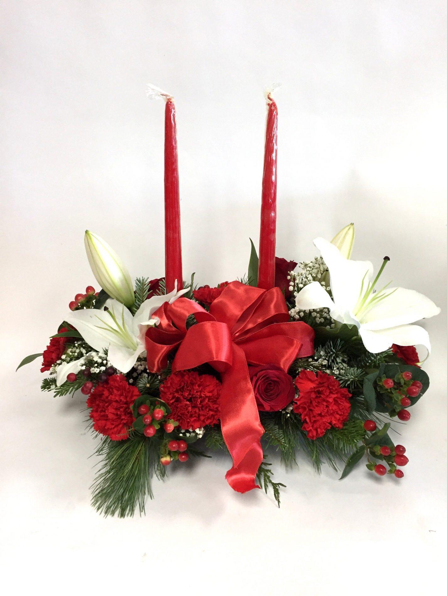 centre de table de noel, sapinage, chandelles, lys, oeillets, roses