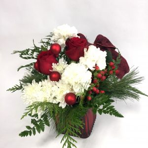 centre de table de noel, sapinage, roses rouges, oeillet blanc