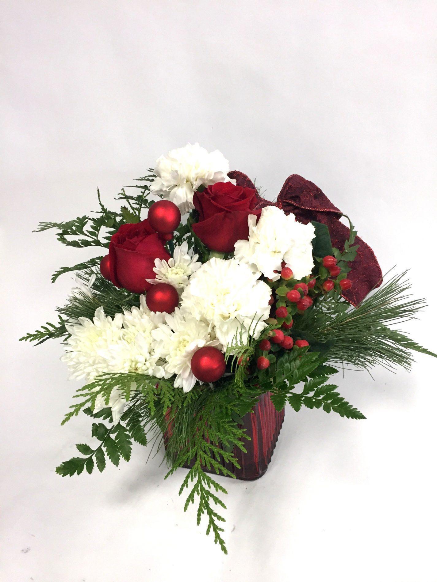 centre de table de noel, sapinage, roses rouges, oeillet blanc
