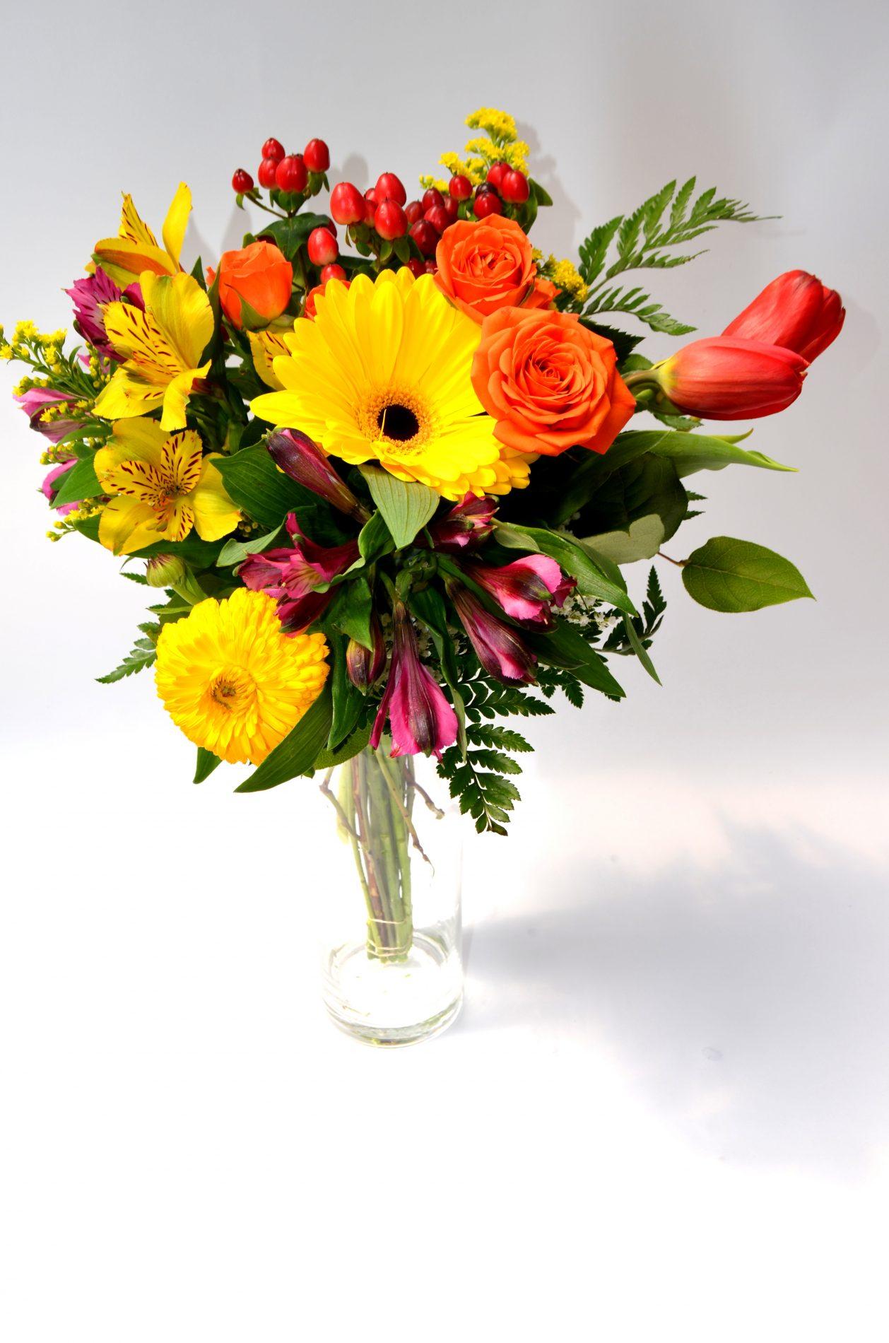 bouquet adoration, gerbera jaune, rosettes oranges, alstros jaunes et roses, hypericum rouge