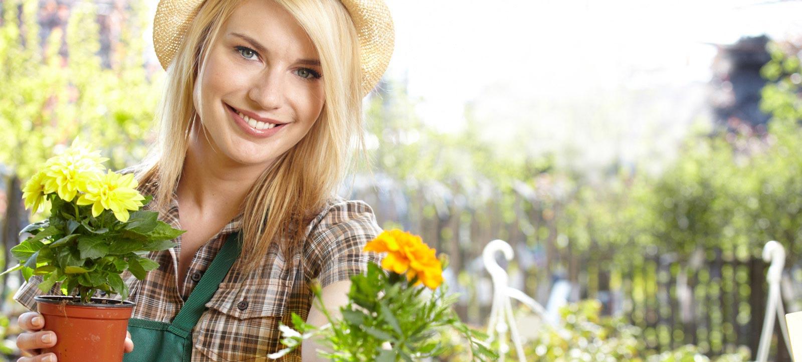 Femme souriante avec fleurs